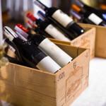 Erlesene Weine in Holzkisten zur Dekoration und für das festliche Menü