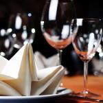 Festliches Tischgedeck für Catering-Menü