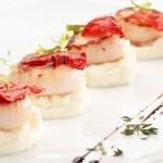 Fingerfood als Häppchen mit Fisch und Tomate