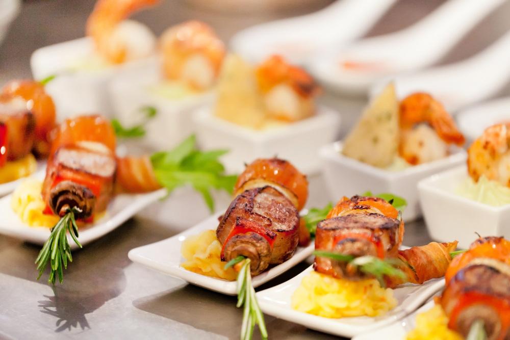 Fingerfood Schalen für Catering mit Fleisch und Thymian