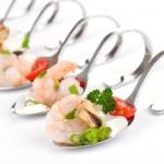 Flying Buffet mit einer Shrimps-Kombination auf einem Löffel