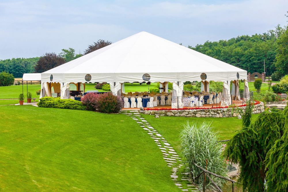 Großes Festzelt zum Einsatz bei der Outdoorveranstaltung und Catering im Freien