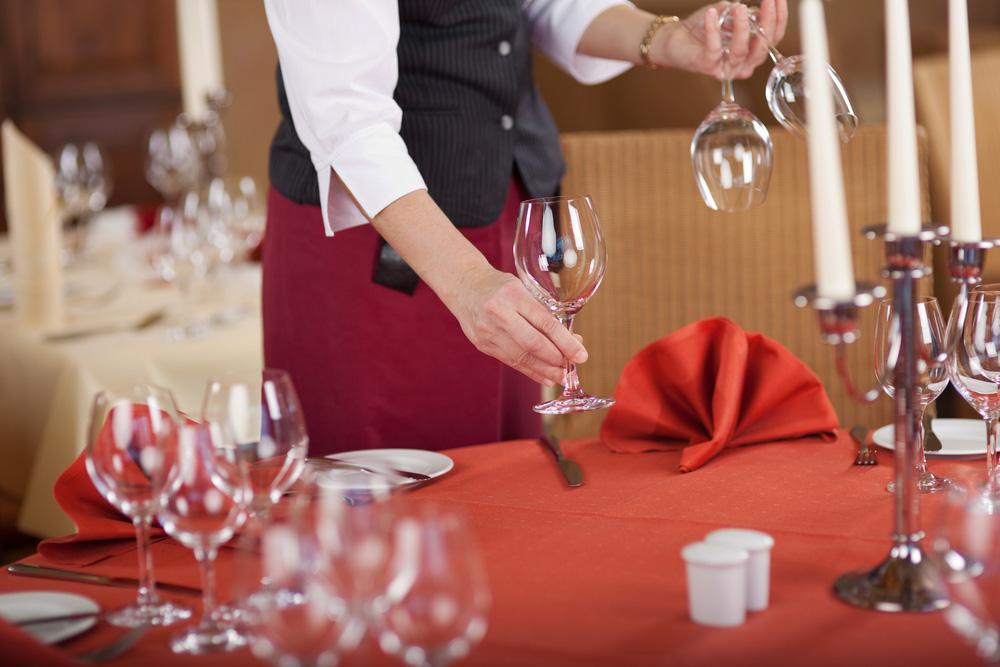 Catering-Personal beim festlichen Eindecken der Tische