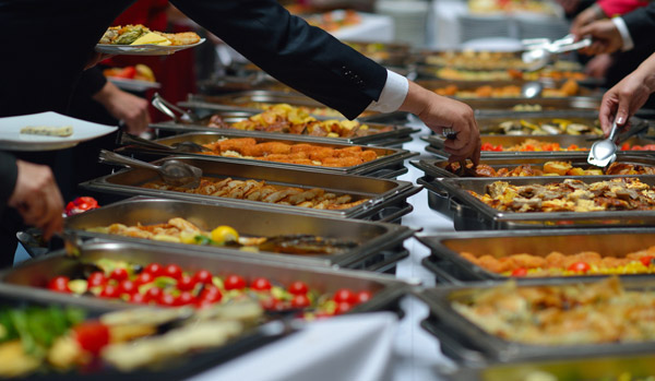 Warmes Catering-Buffet zur Selbstbedienung oder serviert.